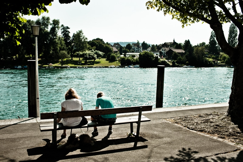 Vakantie is uitpuffen op een bankje langs het water.